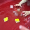 spelen-met-gekleurde-ijsblokjes-in-water